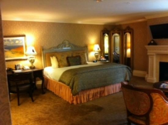 guest room picture of hotel viking newport tripadvisor. Black Bedroom Furniture Sets. Home Design Ideas