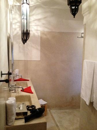 Dar Akal: Salle de bain chambre azzouna