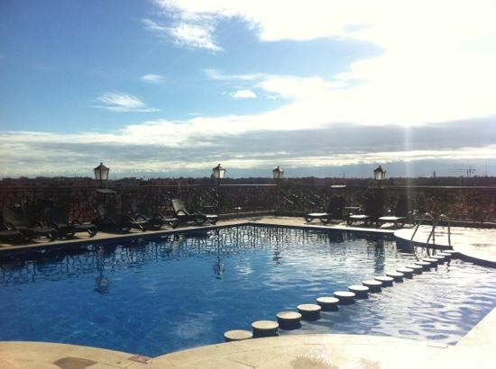 Imperial Plaza Hotel: rooftop pool