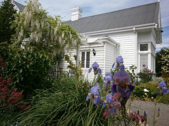 Huonville Guesthouse: Spring garden