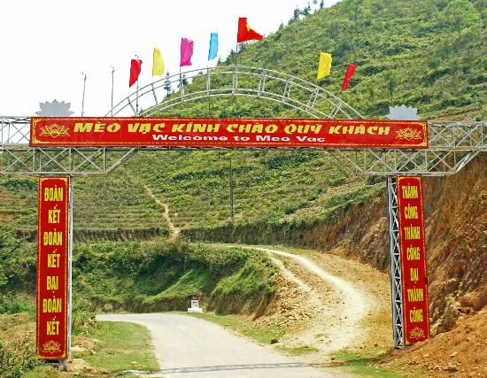 Custom Vietnam Travel Day Tours: Entering Meo Vac area