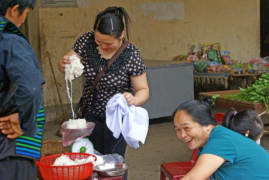 Custom Vietnam Travel Day Tours: Meo Vac market
