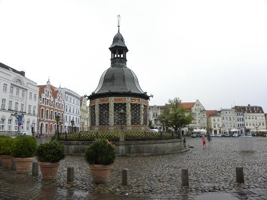 Friends of Dave Tours: Market Square,th  focal point is the Wasserkunst,1602