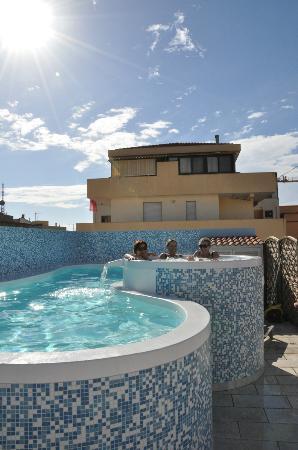 Hotel Domomea: Tagterrasse med swimmingpool
