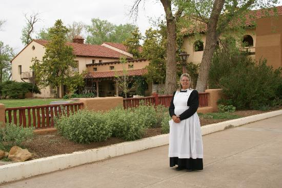 La Posada Hotel: Harvey Girl on the grounds of La Posada.