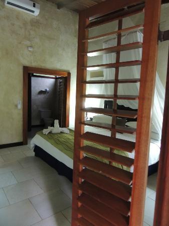 Falls Resort at Manuel Antonio: Porte ouverte sur notre chambre!