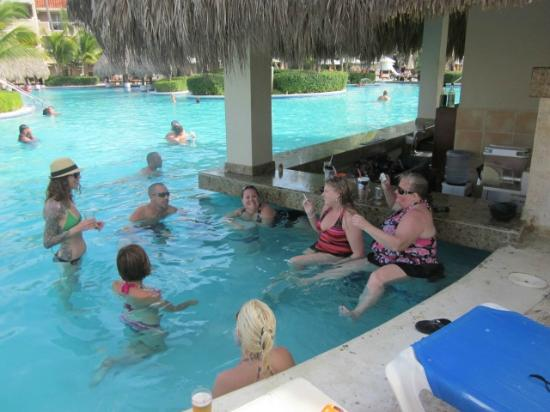 Dreams Palm Beach Punta Cana: The ladies at the swim up bar