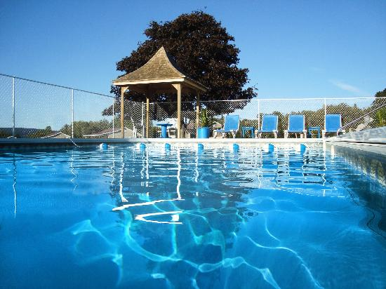 Upper Clements Cottages: Beautiful heated pool