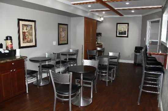 Destin Inn & Suites: Breakfast area