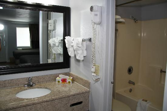 Destin Inn & Suites: bathroom