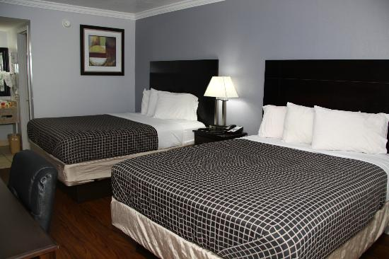 Destin Inn & Suites: room with two queen beds