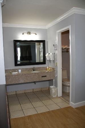 Destin Inn & Suites: bathroom with tile