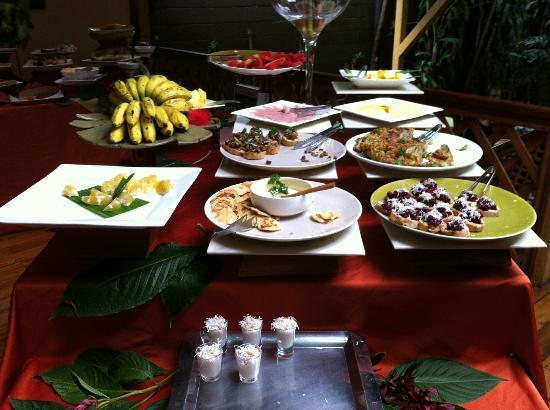 Hotel Aranjuez: Una parte del desayuno 