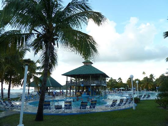 Starfish Jolly Beach Resort: la piscina con bar e grill
