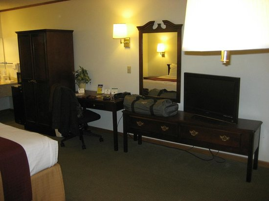 GuestHouse Acorn Inn: Plenty of drawer space and nicely kept furniture.