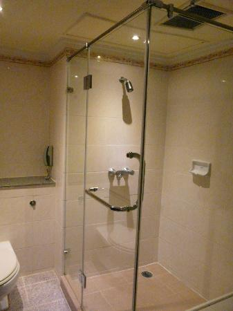 Royal Benja Hotel: large shower unit