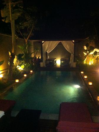 The Ulin Villas & Spa: Night time candles
