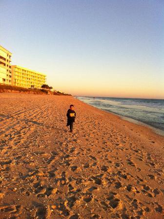 Oceanique Resort: walking along the beach