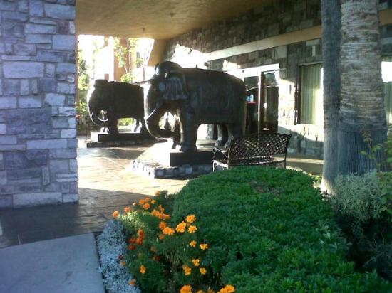 Azure Hotel & Suites Ontario Airport: Ayers front entrance