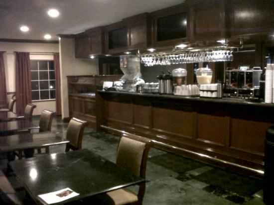 Azure Hotel & Suites Ontario Airport: Ayers complimentary breakfast area