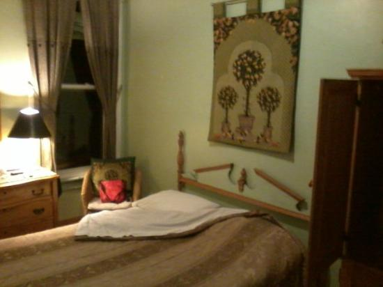 McGill Inn B&B: Green Room. Clean, quiet. TV, dresser, wardrobe, comfortable bed...