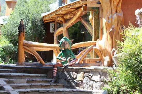 Casa Bosque : A la salida del restaurant hacia el salón un duende!