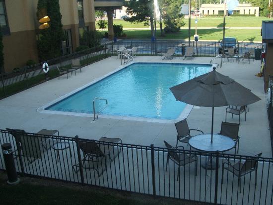 Hampton Inn Detroit / Madison Heights / South Troy : Outdoor Seasonal Pool