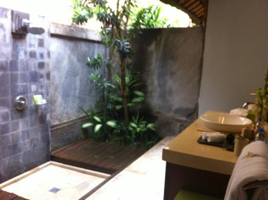 Serene Villas: outside bathroom