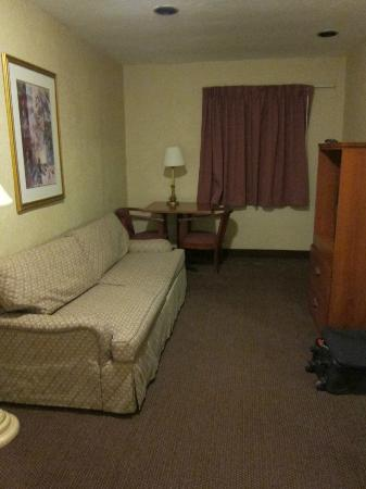 Days Inn Monterey-Fisherman's Wharf Aquarium: Lounge side with sofa bed and TV