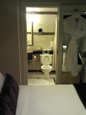 Fitzpatrick Manhattan Hotel: Luxurious, Elegant Bathroom
