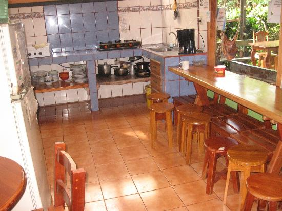 Cabinas El Pueblo Bed & Breakfast: Kitchen and breakfast area