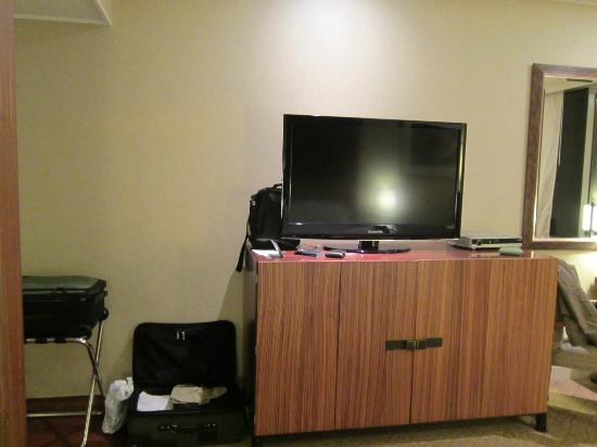 Hyatt Regency Jeju: tv and bedroom dresser