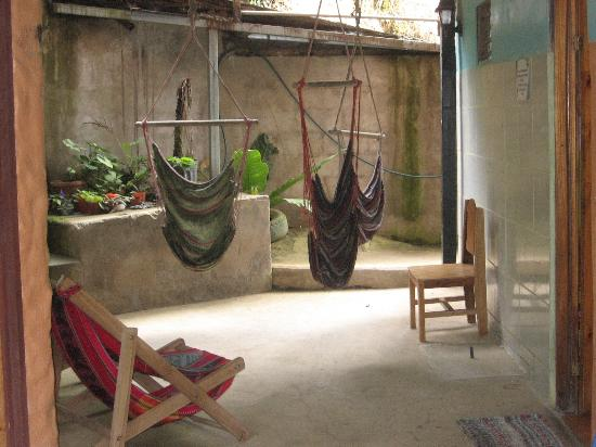 Cabinas El Pueblo Bed & Breakfast: Hammocks and relaxation area.
