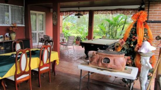Siloe Lodge: Open air veranda with pool table - a bit unusual to find one in Costa Rica