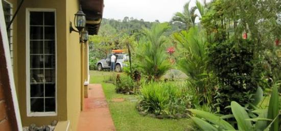 Siloe Lodge: Private, secure parking and awesome landscaping