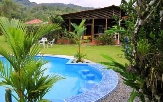 Siloe Lodge: Looking at the outdoor dining room where hummingbirds abound
