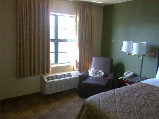 Extended Stay America - Pleasant Hill - Buskirk Ave.: window amd lazy boy chair beside bed