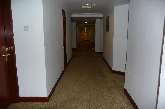 Melia Kuala Lumpur: Corridor leading to our room