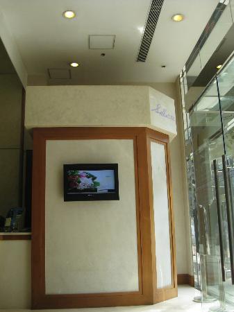 Silka West Kowloon Hotel: Hotel entrance
