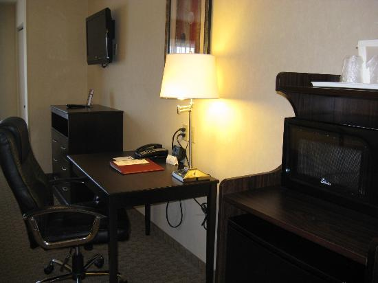 Comfort Suites Indianapolis room