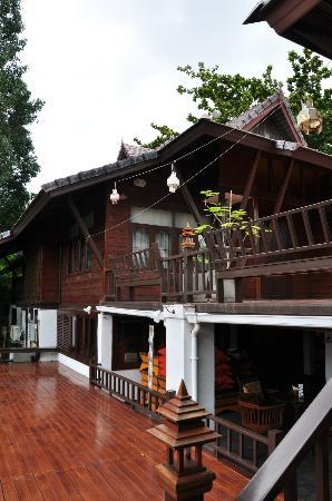 Chompor Lanna: Exterior