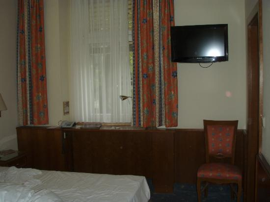 Hotel Stefanie: flat screen tv, plenty of channels