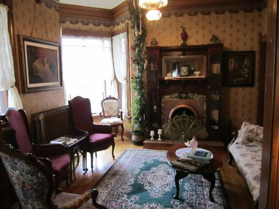 Queen Anne Guest House: Front Parlor- Location of the 5pm Parlor Party