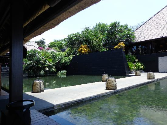 Bulgari Resort Bali: Walkway from The Bar to restaurant