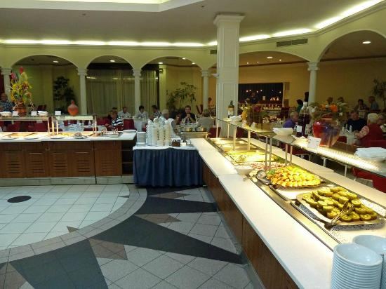 Park Inn By Radisson Pulkovskaya: Frühstücksbuffet im Atrium
