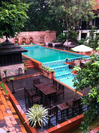 B2 Ayatana Premier Hotel & Resort: Outdoor pool