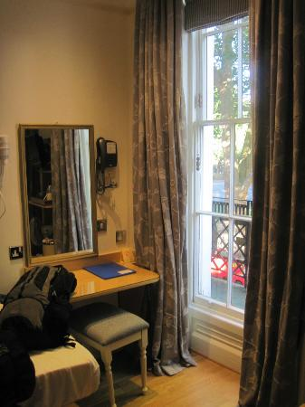 Harlingford Hotel: Window and small desk