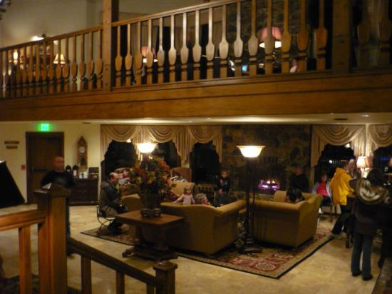 Enzian Inn: Downstairs lobby, seating near fireplace and piano
