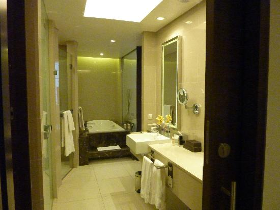 Sheraton Dubai Mall of the Emirates Hotel: Large bathroom with separate shower & toilet