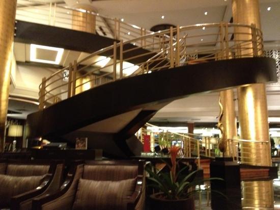 Dusit Thani Manila: winding staircase